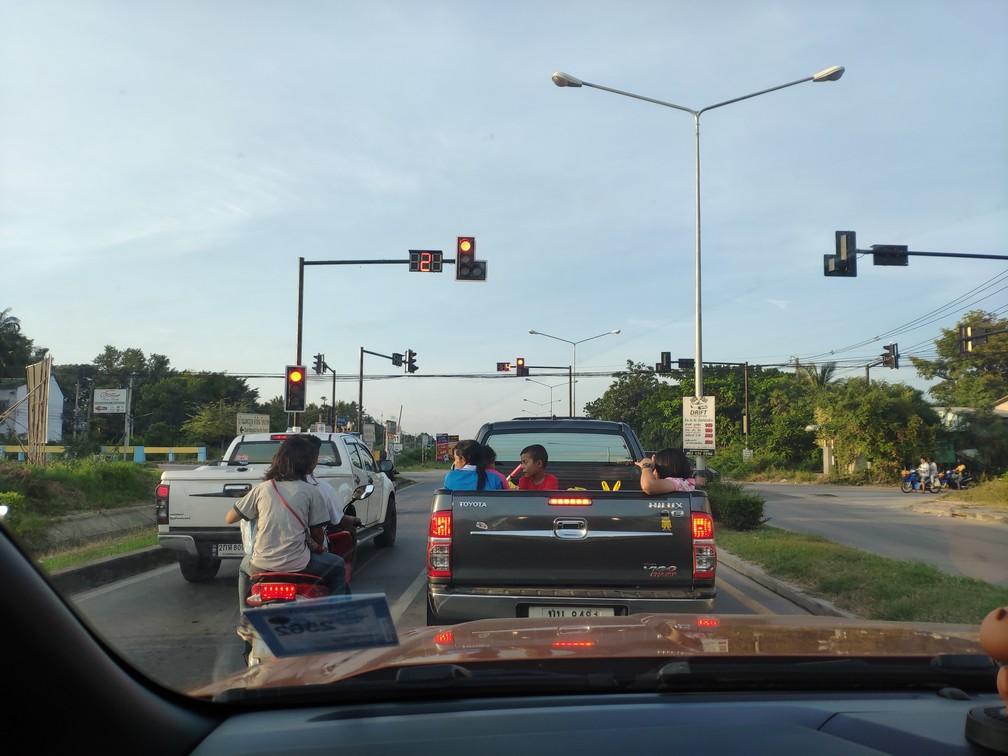 Rodinka sa vezie na korbe pickupu