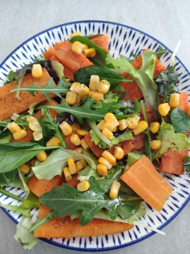 Príkladný pôstny obed. Mrkva, rukola, šalát a kukurica. Recept ako schudnúť.