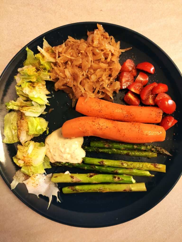Príklad pôstnej večere. Kapusta, špargľa, mrkva, šalár a rajčinky.
