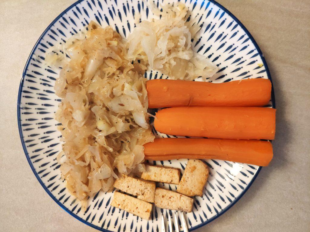 Ďalšia pôstna večera. Kyslá kapusta, mrkva a tofu. Jasný príklad ako schudnúť.
